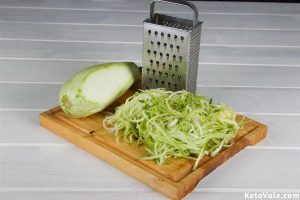 Slicing zucchini zoodles