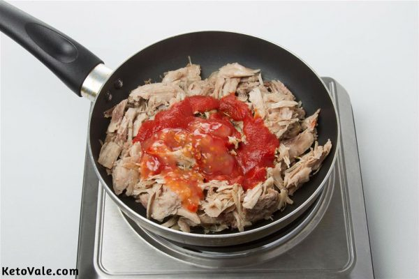 Saute shredded chicken with hot sauce