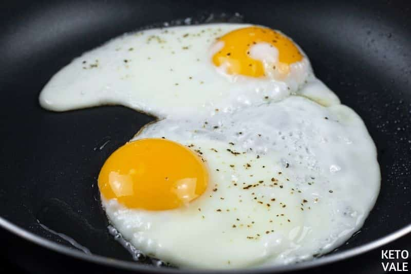 cook eggs on frying pan