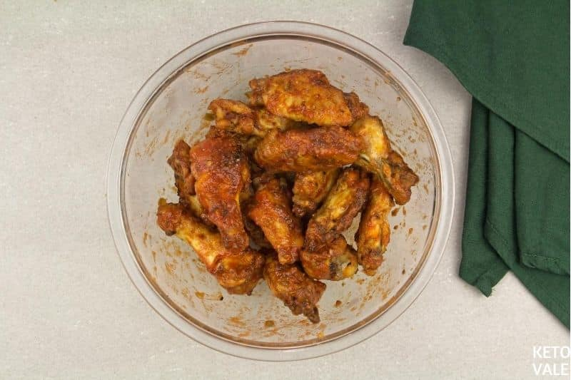 enrober les ailes de poulet de sauce enchilada