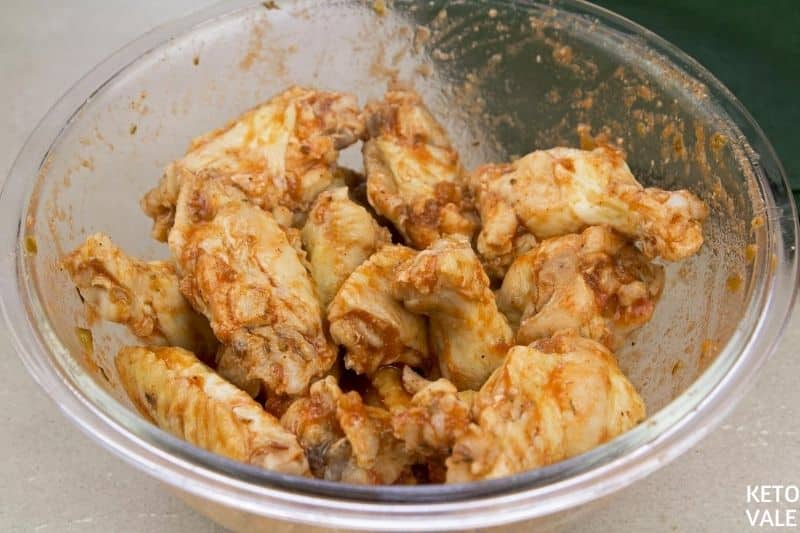 mélanger les ailes de poulet avec la sauce