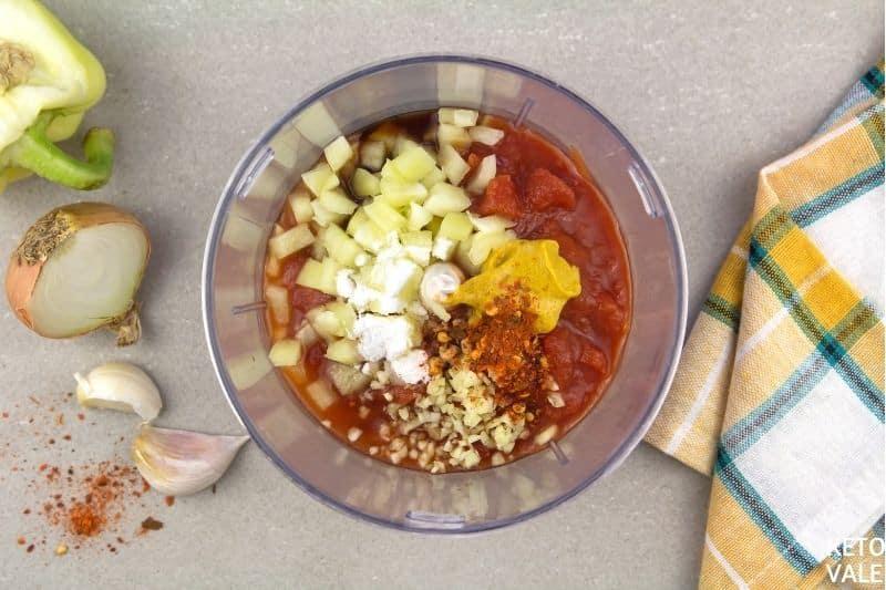 mélanger la tomate avec les épices